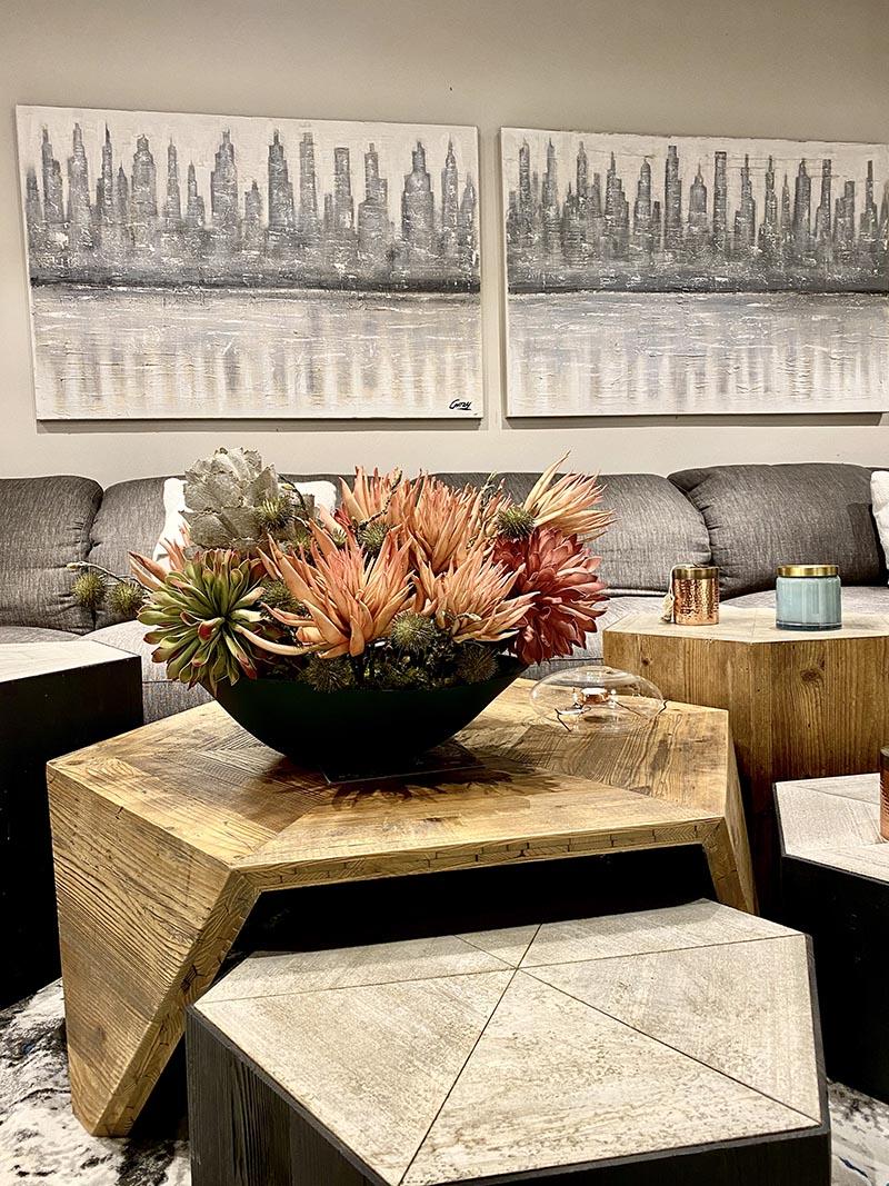 Centro a medida con cactus rosados Centros a medida . Infórmanos de tu ambiente y realizaremos la composición a medida de tu espacio favorito. Medidas 60x30x50cms Modelos para mesas imperiales o encimeras amplias. Ambientes rústicos y modernos.