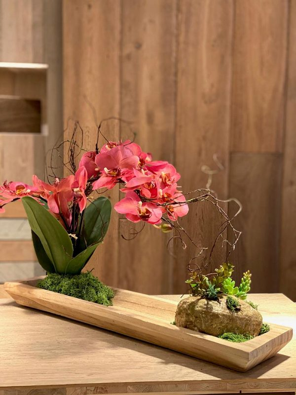 orquñidea fuxia en bandeja de madera, idela para oficinas y espacios minimalistas y modernos