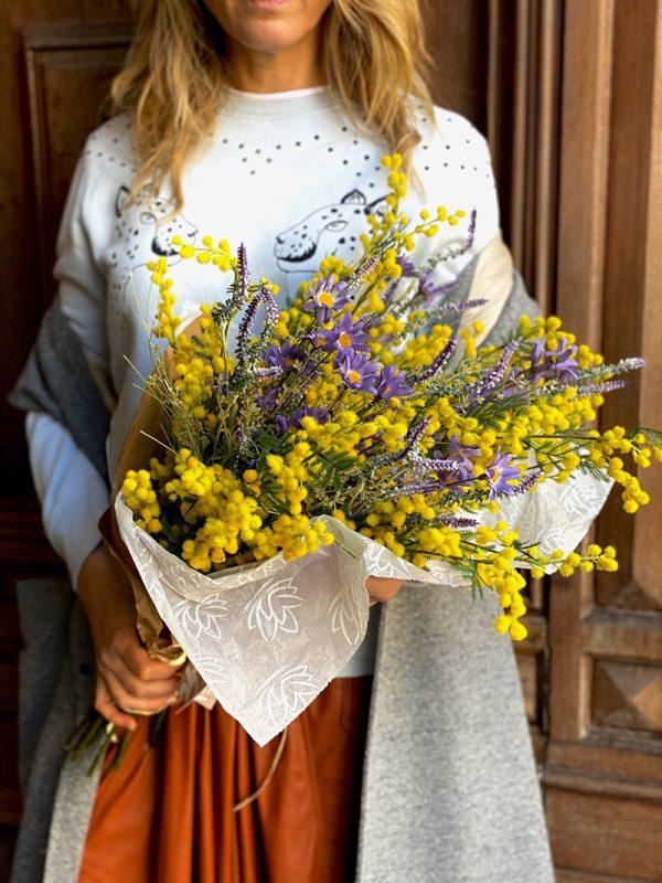 Ramo de mimosas y lavandas con flor campestre Ramo grande con 12 mimosas y 6 lavandas flores artificiales de calidad con aspecto fresco.