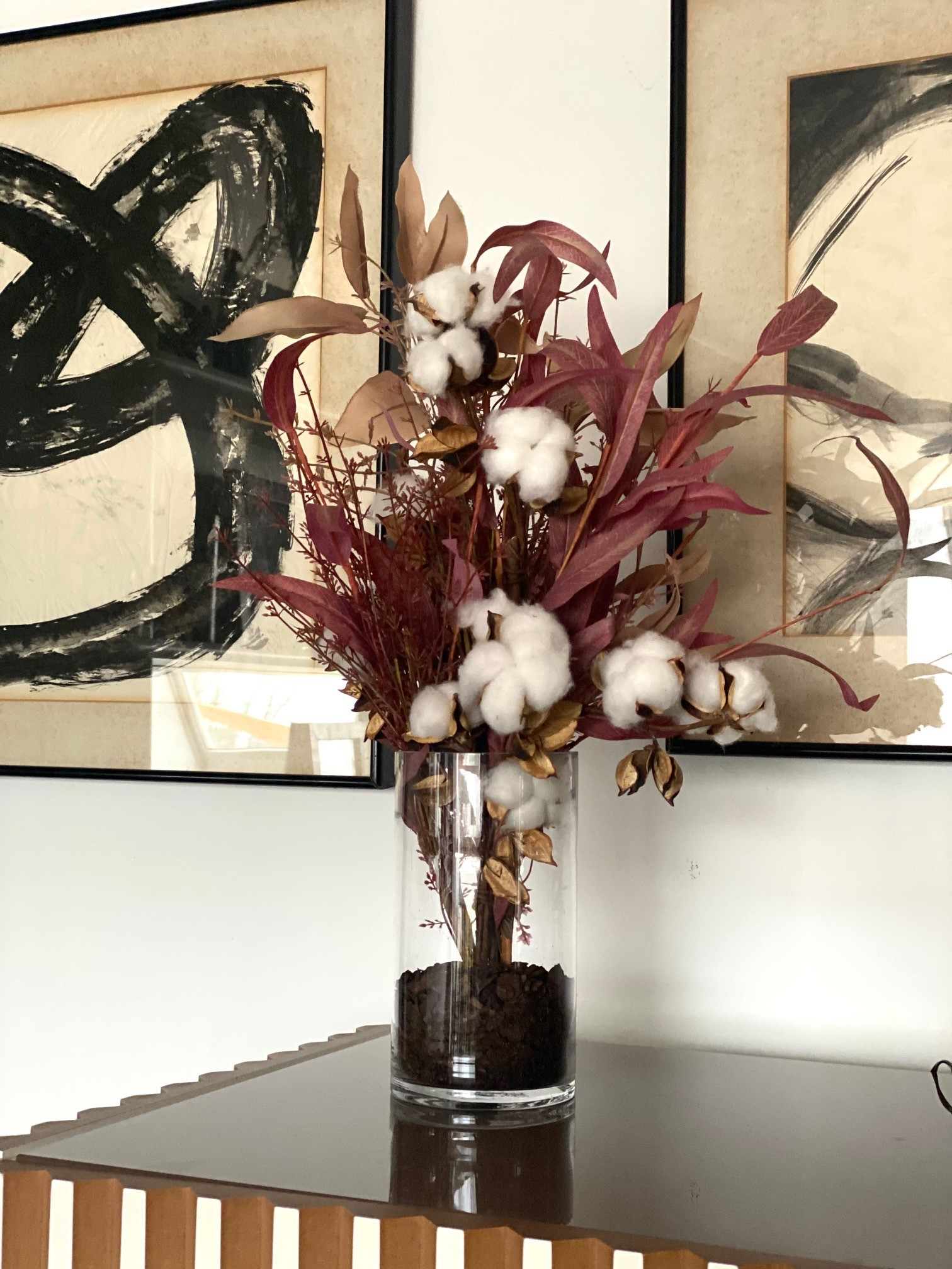 Centro alto de eucalyptus y flor de algodón.