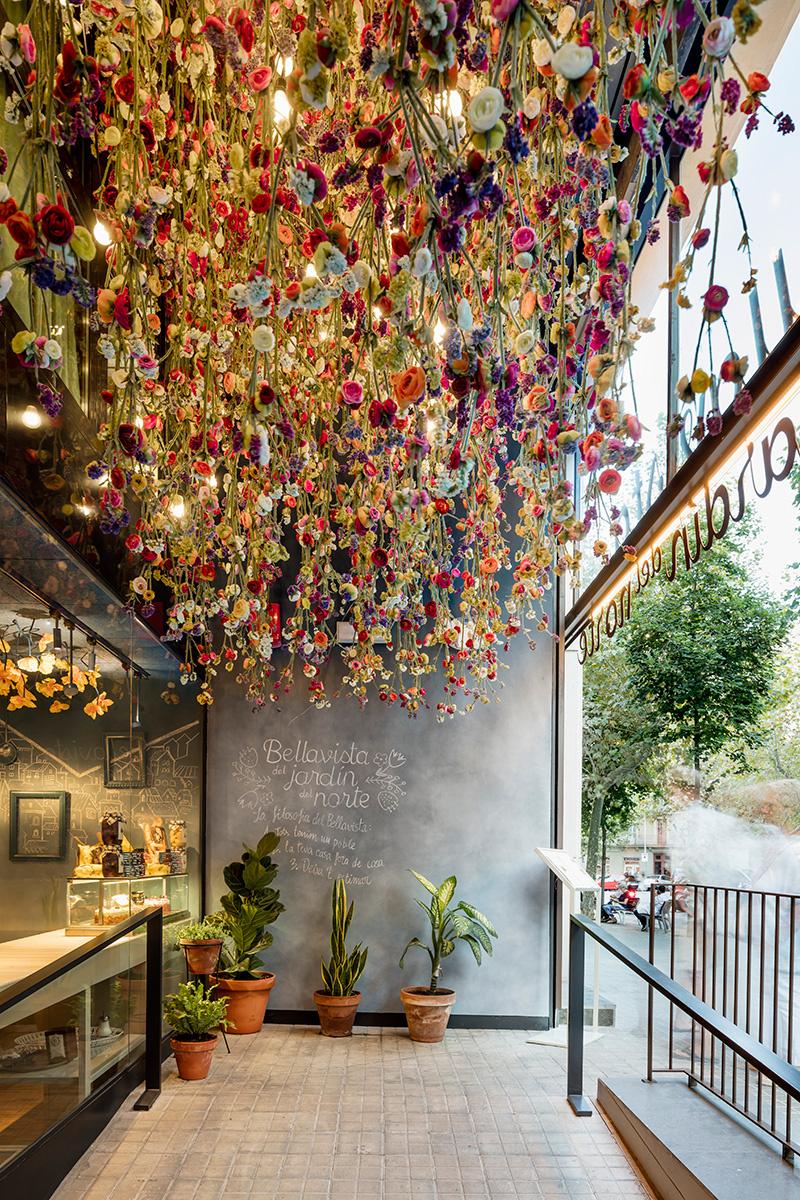 bellavista jardín del norte, jardin vertical, jardin suspendido, flor artificial en el techo